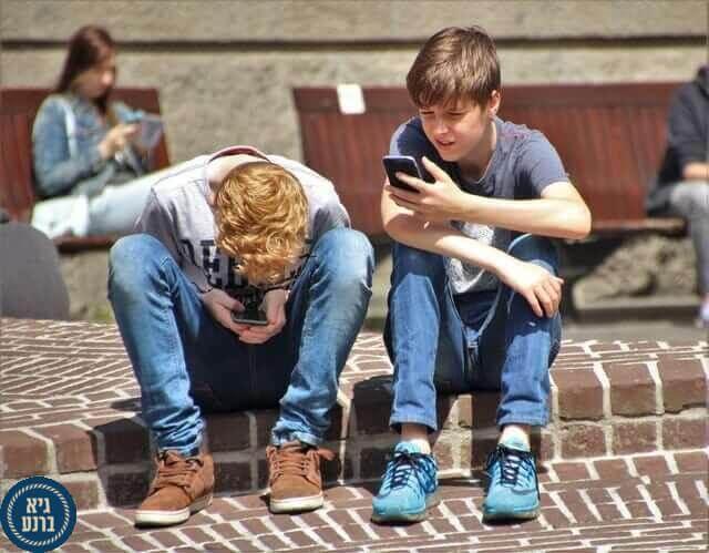 """מאיזה גיל הילדים מורשים לקחת את הסמארטפון לחו""""ל?"""