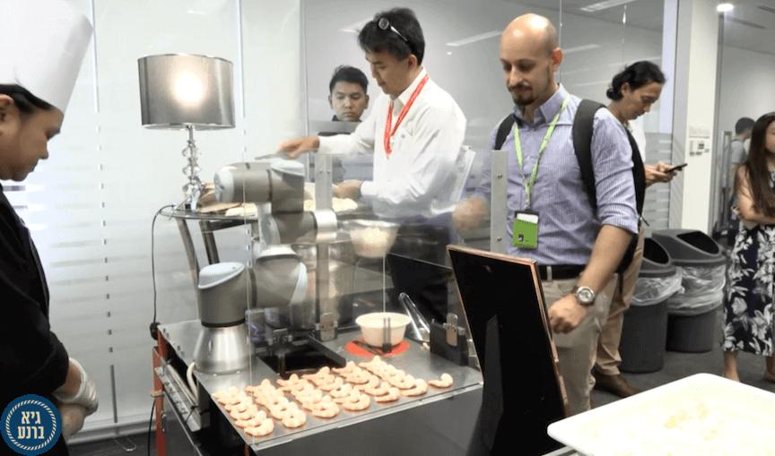 סופי השפית הרובוטית מתמחה באיטריות בסגנון סינגפורי...